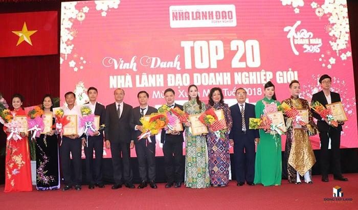 Đại diện Đông Tây Land ông Ngàn Quốc Phong (GĐ sàn - Thứ 7 từ trái qua) nhận giải thưởng nhà lãnh đạo DN giỏi 2018