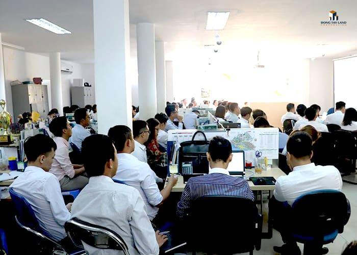 Nhân viên luôn được training nhằm mang đến cho khách hàng những thông tin chính xác nhất từ chủ đầu tư về các dự án
