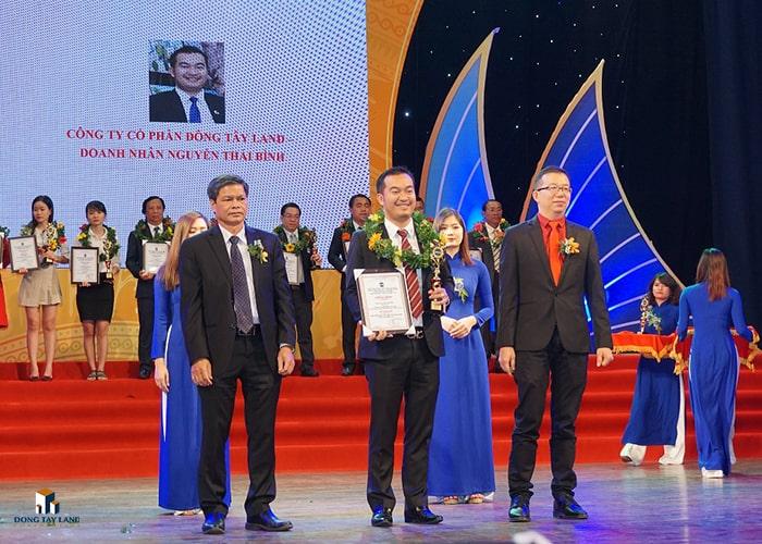 """Ông Nguyễn Thái Bình (TGĐ Đông Tây Land) nhận giải thưởng """"thương hiệu xuất sắc và nhà lãnh đạo tiêu biểu thời hội nhập 2017"""""""