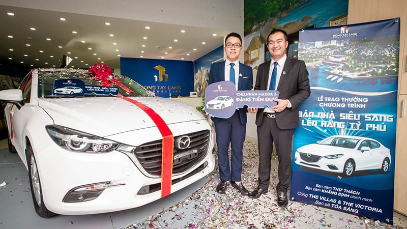 Ông Nguyễn Thái Bình, TGĐ Công ty Cổ phần Đông Tây Land trao ô tô cho nhân viên.
