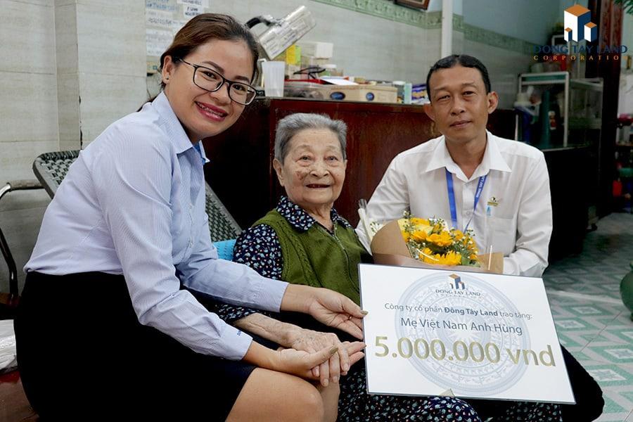 Đại diện Công đoàn Đông Tây Land trao quà cho mẹ Việt Nam anh hùng Nguyễn Thanh Tùng