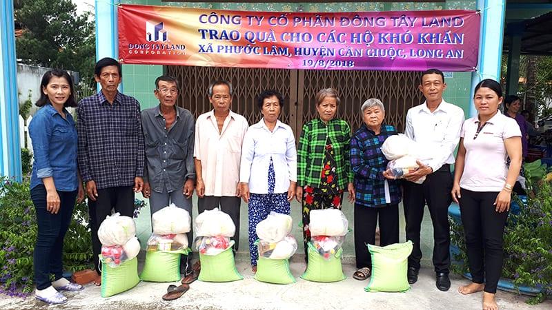 Đại diện BCH Công đoàn ông Đoàn Bảo Luân (Thứ 2 từ phải qua) trao quà cho các hộ nghèo