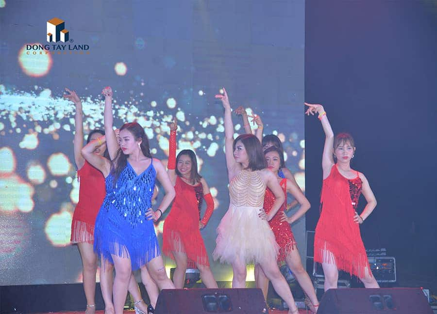 Không chỉ sales giỏi, các cô gái của Đông Tây còn có những vũ đạo cực chất