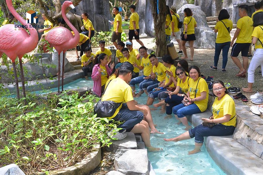 Các thành viên cùng ngâm chân, thư giãn tại suối nước nóng Bình Châu