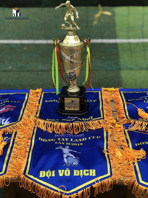 Cup vô địch và cờ lưu niệm vinh danh trong giải đấu