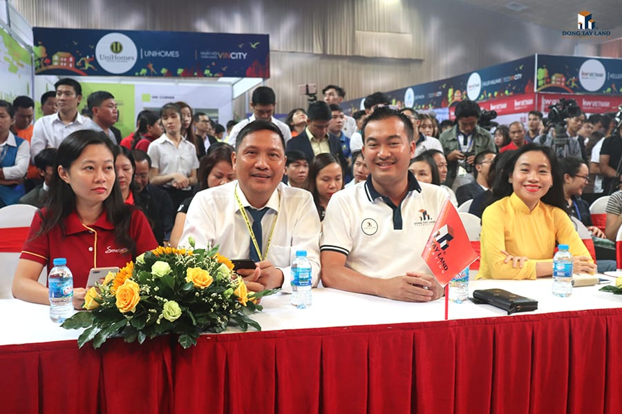Ông Nguyễn Thái Bình (TGĐ Đông Tây Land – thứ 2 từ phải qua) đại diện ĐTL trong giờ khai mạc Ngày hội tuyển dụng VinCity – Một bước chạm ước mơ