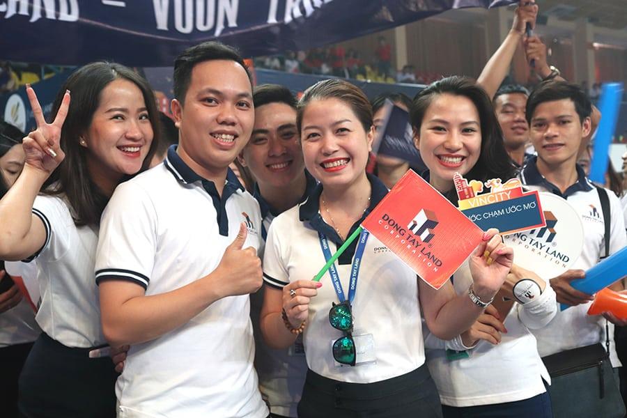 Anh Vũ Đức Long và Chị Nguyễn Quỳnh Anh cùng các cổ động viên đã góp phần tạo thêm sức nóng cho ngày hội tuyển dụng VinCity