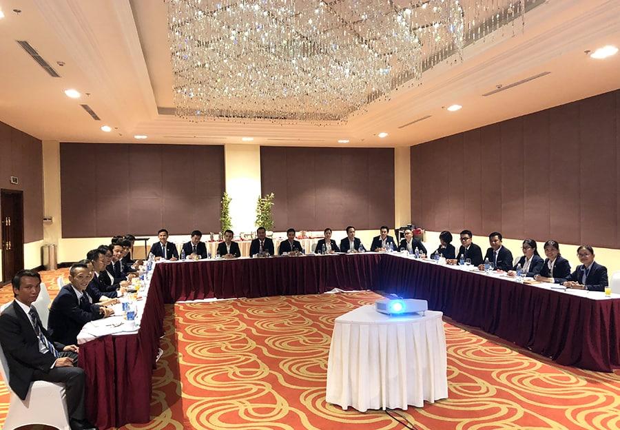 Các Giám đốc sàn cùng các trưởng phòng trong cuộc họp